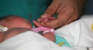 Bebeluş abandonat de mamă la soare, pe câmp, la Suceava. Motivul invocat de femeie