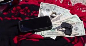 Super truc! Cum poţi lăsa banii şi telefonul pe plajă fără să le fure cineva
