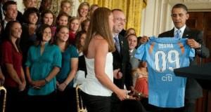 Față de Clinton, Obama n-are gusturi rele: a invitat Naţionala de fotbal feminin a SUA la Casa Albă