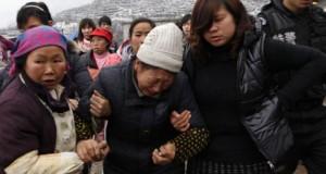 """Imagini dramatice: Cinci persoane, """"înghiţite"""" de asfalt, într-o staţie de autobuz din China"""