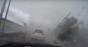 Momentul în care o mașină este smulsă de o tornadă. Imagini incredibile