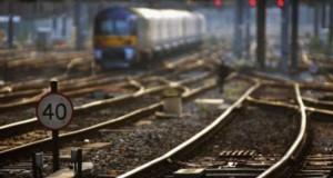Un TIR s-a ciocnit cu un tren de persoane în Caraş-Severin: patru răniţi, un vagon deraiat