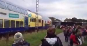 Imagini șocante! Un tren a intrat într-un autobuz școlar