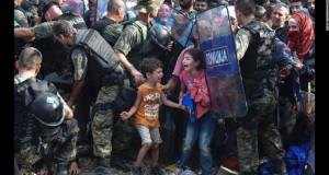 Sute de migranţi au rupt cordonul de securitate la graniţa dintre două ţări. Unde se îndreaptă