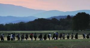 Incident la graniţa Serbiei cu Ungaria. Câteva sute de migranţi au rupt cordonul de securitate