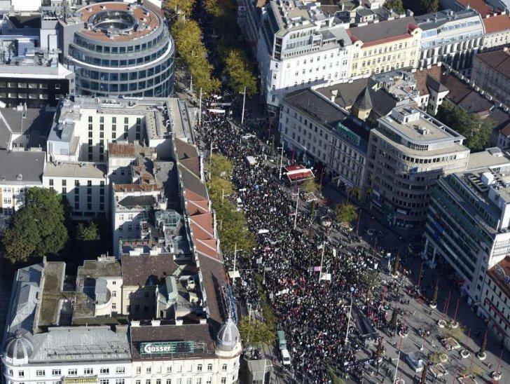 Viena: Zeci de mii de oameni au scandat