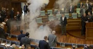 Protest cu gaze lacrimogene în parlamentul din Kosovo. Opoziţia denunţă un acord cu Serbia