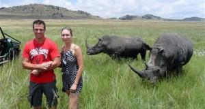 S-au pozat lângă doi rinoceri. Scena îngrozitoare care a urmat după această fotografie