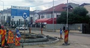 Haos pentru șoferii din Târgoviște. Într-un singur sens giratoriu sunt 33 de indicatoare rutiere