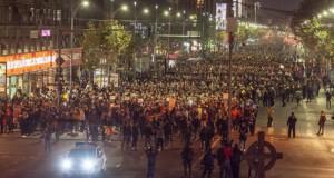 """BREAKING NEWS: Proteste în Capitală. 20.000 de oameni au ieşit în stradă:""""Nu plecăm acasă, morții nu ne lasă"""". LIVE"""