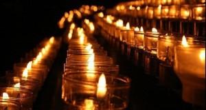 Sute de persoane aprind lumânări la biserica unde este depus trupul oplimpicei din Galaţi
