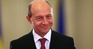 """Mesajul lui Băsescu pentru Iohannis: """"E vremea deciziilor. Nu există răgaz pentru jocuri de imagine"""""""