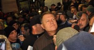 """BREAKING NEWS: Preşedintele Klaus Iohannis, în Piaţa Universităţii. Oamenii au scandat """"Ruşine, ruşine!"""" LIVE VIDEO"""