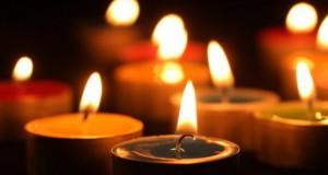 Cluj: Flori şi lumânără pentru tinerii morţi în incendiul din Clubul Colectiv