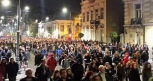 Gest emoționant al protestatarilor din Capitală. Ce au făcut mii de oameni la finalul manifestației