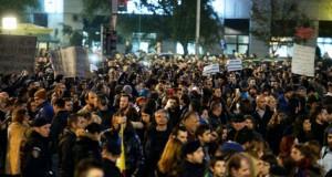 Au dat câte o foaie protestatarilor din București. Oamenii au plâns când au văzut ce scrie pe ea