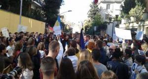 Manifestație de solidaritate cu victimele din Colectiv, la Roma. Peste 250 de persoane participă