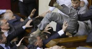 Dispută aprinsă în Parlamentul Ucrainei. O deputată a ajuns la spital