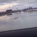 """""""S-a înmuiat asfaltul, unde-i groapă punem apă""""!Cum arată drumul unde şoferii se simt ca la Veneţia"""