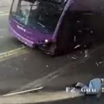 Reacție incredibilă a unui bărbat, după ce a fost lovit de un autobuz. Râzi cu lacrimi