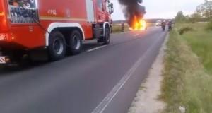 Groază pe o șosea din România. Un autoturism a luat foc în timpul mersului
