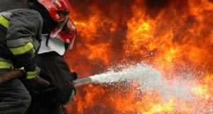 VIDEO. Pompierii avertizează şoferii, după ce o maşină a ars ca o torţă lângă un mall