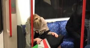 A adormit în metrou și apoi a devenit subiect de glume pe internet! Cum a fost suprinsă tânăra