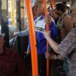 Motivul surprinzător pentru care NU ar trebui să oferi bătrânilor locul tău în autobuz
