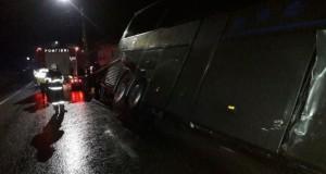 Un autocar cu 19 persoane s-a CIOCNIT cu un autoturism şi s-a răsturnat, în Pasul Tihuţa