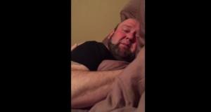 Şi-a găsit soţul în pat, în toiul zilei. Când a dat aşternutul la o parte, a împietrit! A plâns…