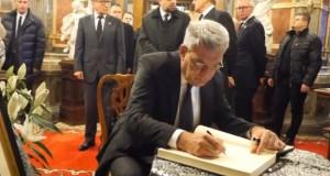 VIDEO. Ce a scris premierul Mihai Tudose în cartea de condoleanțe de la Castelul Peleș