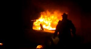 Maşină în flăcări pe o stradă din Suceava