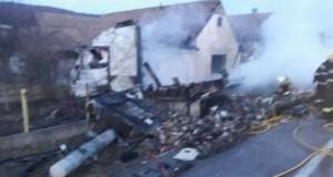 Un TIR plin cu ciocolată a dat foc unei case după ce a dărâmat stâlpii de curent