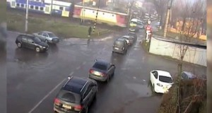 Maşină spulberată de tren sub ochii martorilor. Două persoane au murit pe loc