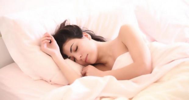Ce să bei înainte de culcare ca să arzi calorii… întreaga noapte