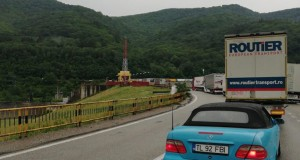 Valea Oltului blocată, după un grav accident între TIR-uri