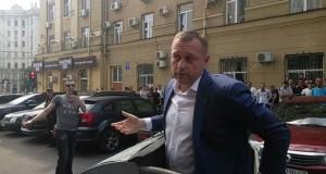 Scene ireale: Un viceprimar din Ucraina a fost aruncat la tomberon de cetățenii furioși