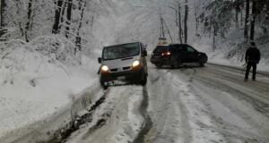 Vremea a luat-o razna. A nins în România! Stratul de zăpadă, 4 centimetri