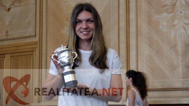 Simona Halep pe Aeroportul Henri Coandă, prezentând replica în miniatură a trofeului de la Roland Garros. Foto: Cristian Otopeanu