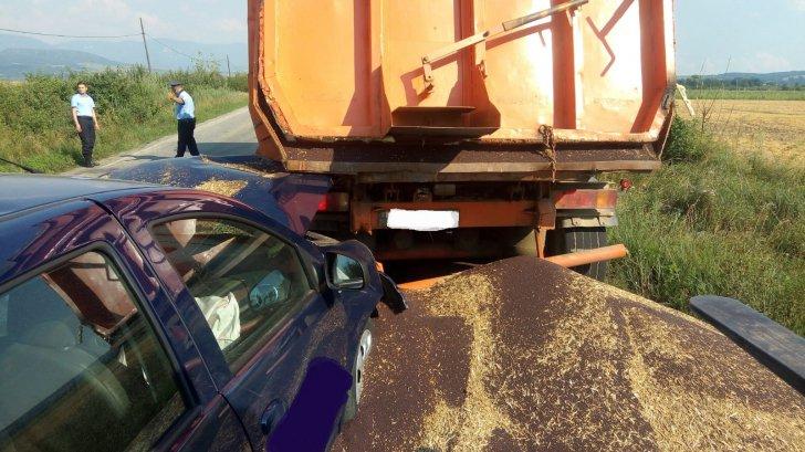 Imagini inedite: un camion cu rapiță a pierdut recolta pe carosabil în urma unei coliziuni