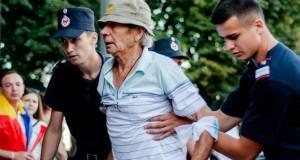 Protestatar mort. Imagini DRAMATICE cu bărbatul în timpul protestului din Piața Victoriei