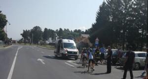 Patru adolescenţi, loviţi de un autoturism în faţa sediului Poliţiei Zărneşti