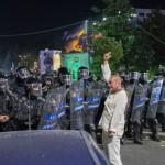 """""""Omul în alb"""" din Piața Victoriei: """"S-a transmis că jandarmii sunt atacați, doi oameni sunt omorâți"""""""