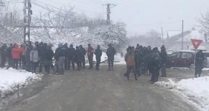 A doua zi de răscoală, la Rusăneşti-Olt. Motivul: pesta porcină. FOTO