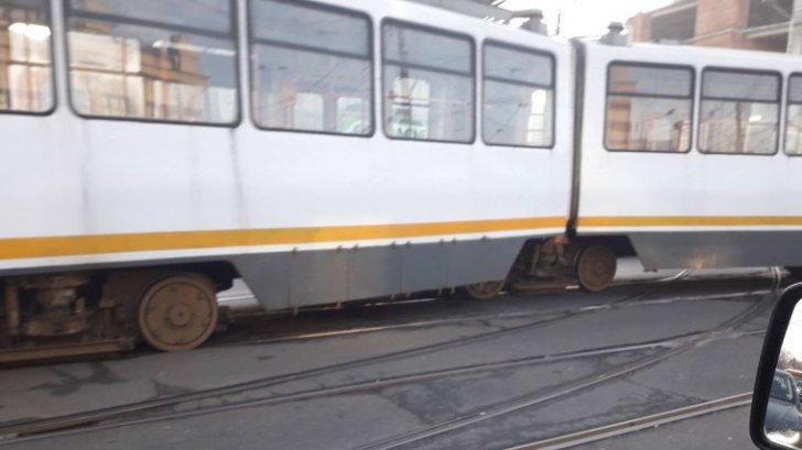 Un tramvai a deraiat în Capitală. Circulația blocată