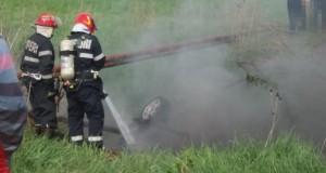 Imagini cumplite: O mașină a luat foc după ce s-a răsturnat într-un șanț. 5 victime