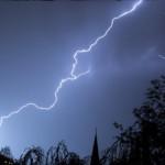 Ce să nu faci niciodată în timpul unei furtuni. Îți poți risca viața!