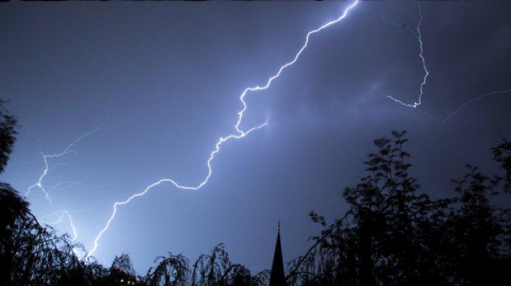 Ce să nu faci niciodată în timpul unei furtuni. Sfaturile care îţi pot salva viaţa