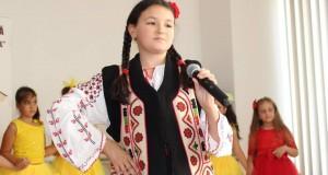 """Sidonia Mihaela Hurdubaia o tânără interpretă de muzică populară pe placul tuturor românilor- Cea mai favorită melodie a ei este """"Lumea zice că -s frumoasă """""""
