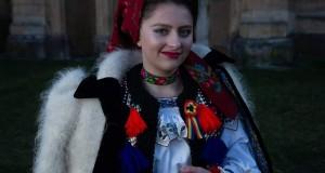 """Interpreta de muzică populară Lenuța Anișoara Cupcea și-a lansat de curând 2 colinde noi -"""" Noaptea când cată Maria"""" și """"Școală gazdă și deschide """"colindele care ne aduc bucuria Crăciunului"""